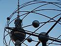 Blick auf den Berliner Fernsehturm durch die Weltzeituhr.